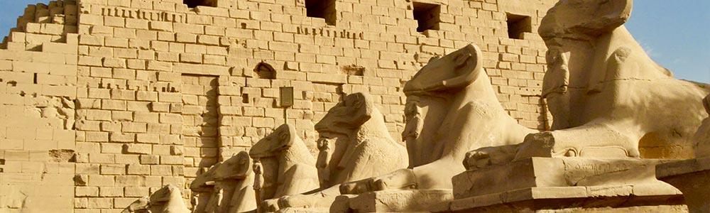 Día 3: Vuelo hacia Luxor , Visitar la Orilla Oriental y Alojamiento en el Barco.
